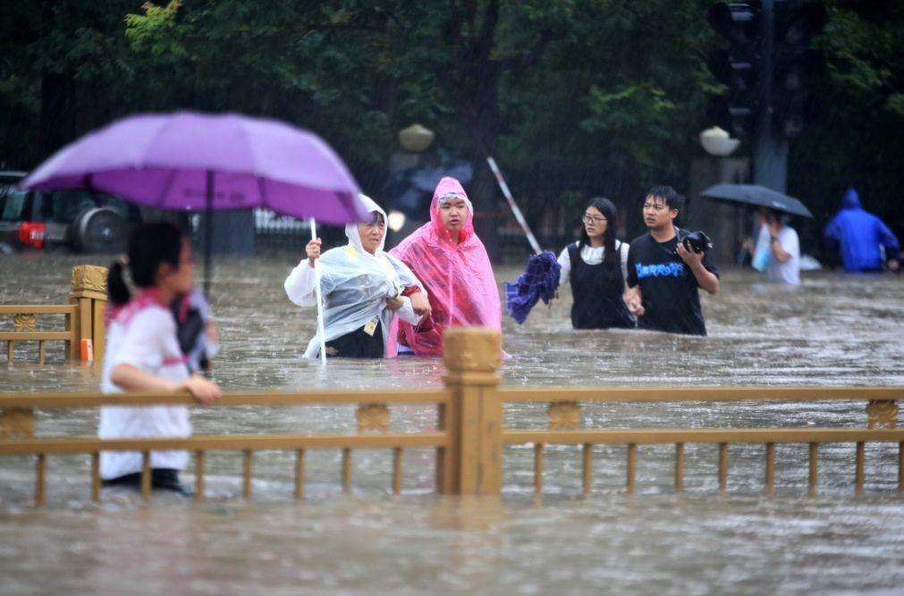 Papa lamenta inundações