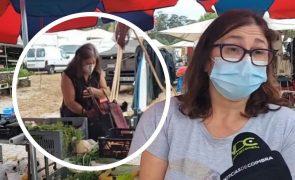 Mulher filmada em direto a roubar cenouras durante reportagem