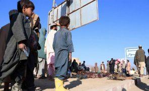 Afeganistão: EUA prometem continuar ataques aéreos se talibãs prosseguirem com ofensiva