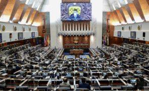 Covid-19: Parlamento malaio retoma trabalhos após ter sido suspenso em janeiro