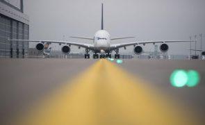 Covid-19: Bruxelas propõe alívio das regras para 'slots' das companhias aéreas até 2022