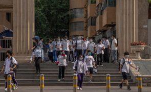 Ações de empresas chinesas afundam após novas diretrizes para o ensino de preparação
