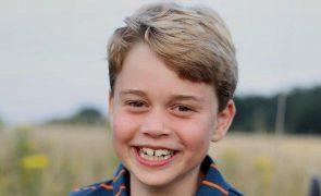 Príncipe George Filho mais velho dos duques de Cambdrige está de parabéns! A nova foto da criança