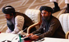 Afeganistão: Negociador chefe dos talibãs reúne com MNE chinês