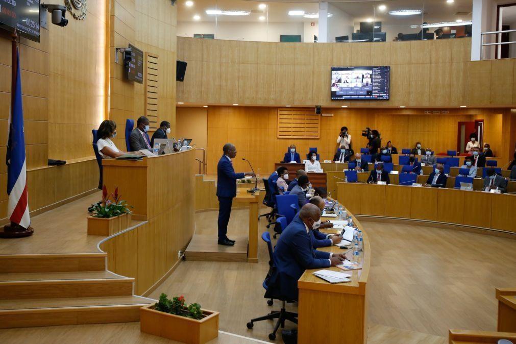 Oposição cabo-verdiana acusa Governo de ter aprovado Orçamento eleitoralista que agora corrige