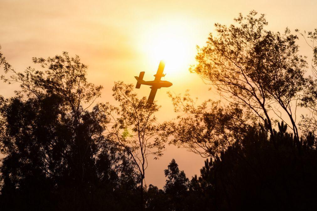Mais de 100 operacionais e três meios aéreos combatem fogo em Elvas
