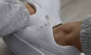 O super truque para limpar ténis brancos e deixá-los... brancos outra vez
