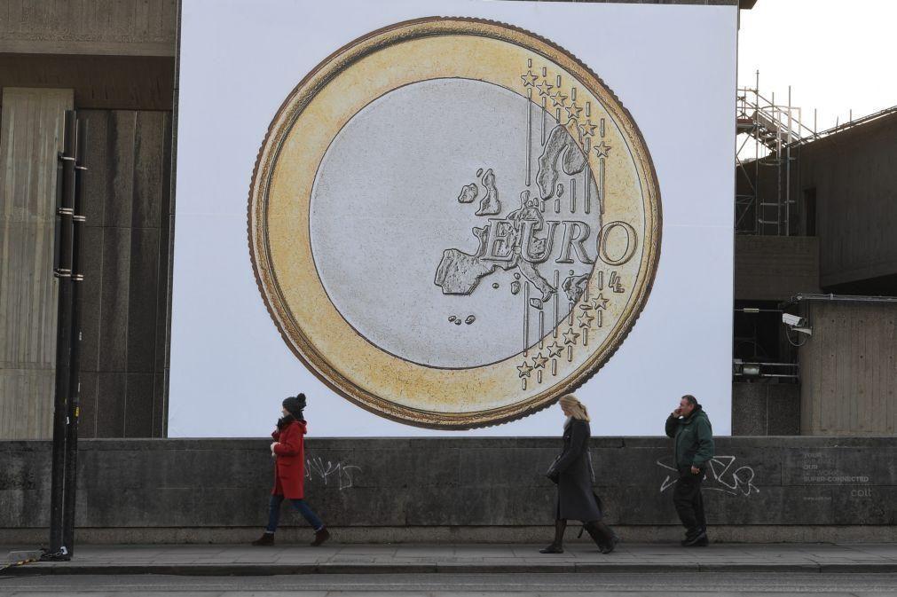 Euro sobe e aproxima-se de 1,19 dólares