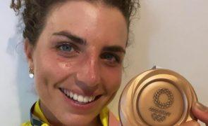 Atleta conquista medalha de bronze com ajuda de preservativo [vídeo]