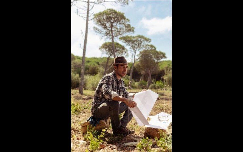 Tiago Aldeia foge da cidade e constrói casa toda de madeira
