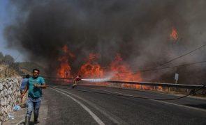 Incêndios devastam sul da Europa e obrigam a retirar moradores e turistas