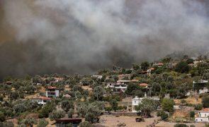 Turquia combate incêndios pelo sexto dia consecutivo e milhares e pessoas continuam a ser retiradas