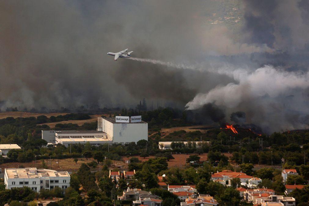 Incêndio obriga à evacuação de três subúrbios de Atenas e a corte de autoestrada
