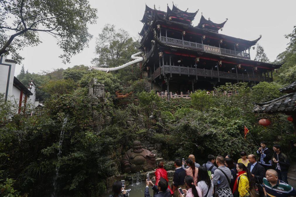Covid-19: China isola cidade e pune funcionários locais face a novo surto