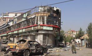 Talibãs reivindicam atentado contra casa de ministro em Cabul que fez 12 mortos