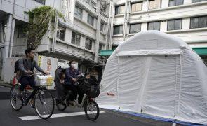 Covid-19: Japão limita cuidados hospitalares a casos graves perante recorde de contágios