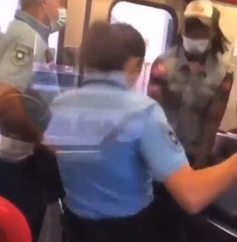 Chefe da PSP filmada a pontapear passageiro nos genitais dentro de comboio na linha da Azambuja