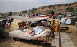 Uma casa não dá de comer, diz quem vive em bairro angolano destruído por fogo