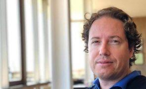 Covid-19: Ex-piloto espanhol que rejeitou vacina luta pela vida