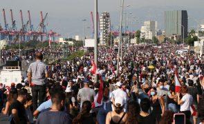 Confrontos entre polícias e manifestantes perto do parlamento em Beirute