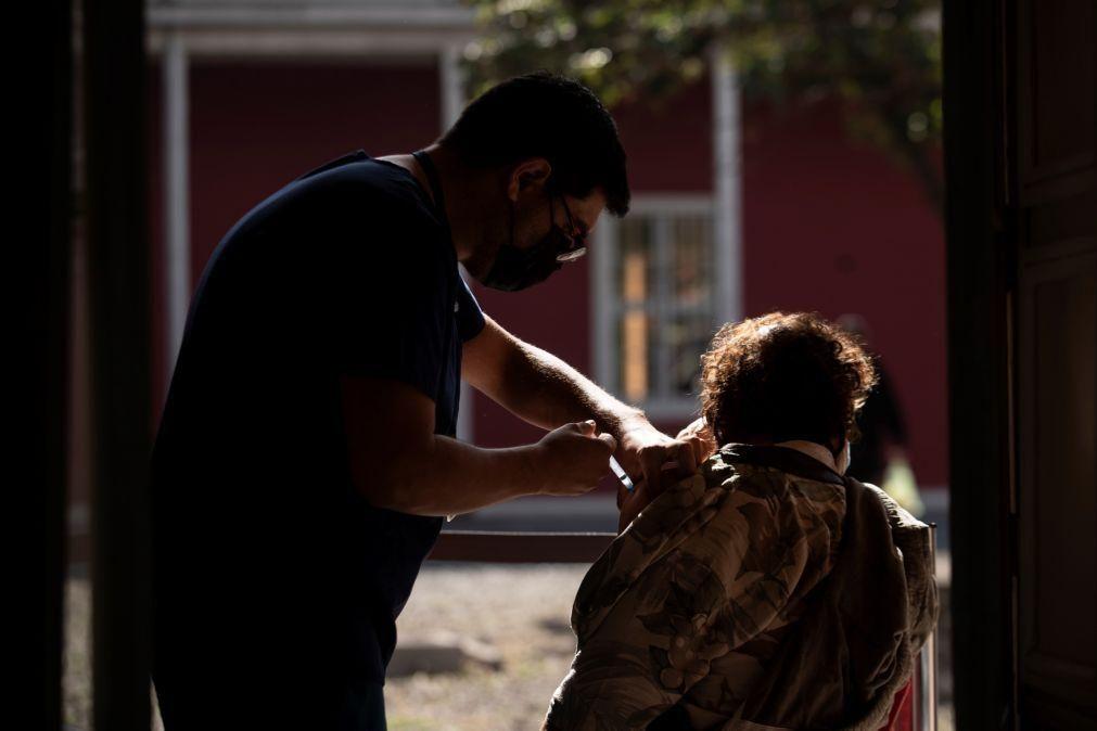 Chile junta-se ao Uruguai e aplica terceira dose em vacinados com chinesa CoronaVac