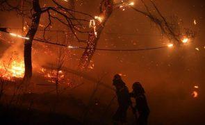 Milhares fogem de incêndios na Grécia e na Turquia