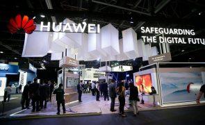 Receitas da Huawei caem 38% devido às sanções norte-americanas