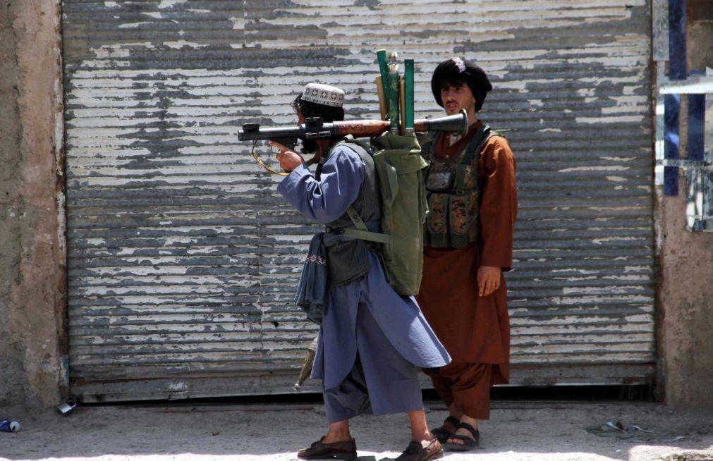 Talibãs capturam segunda capital provincial afegã em 24 horas