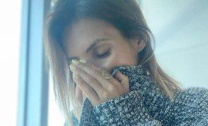 Catarina Camacho chora a morte do pai.