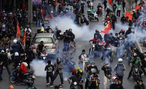 Polícia lança gás lacrimogéneo contra manifestantes pró-democracia em Banguecoque