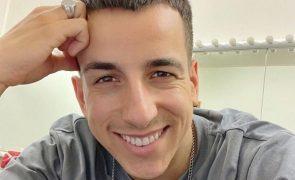 Fernando Daniel pinta cabelo de loiro platinado e deixa fãs divididos