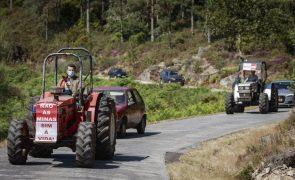 Tratores, carros e motos em marcha lenta de protesto contra as minas no Barroso