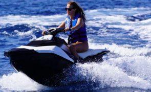 Cristina Ferreira dá tudo em cima de moto de água