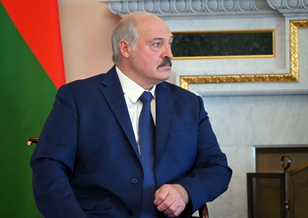 Bielorrússia: Lukashenko admite deixar cargo mas sem clarificar se manterá poder