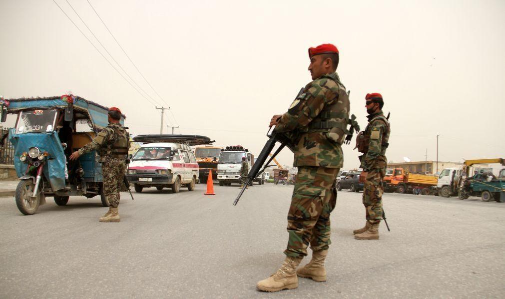Forças talibãs cercam maior cidade no norte do Afeganistão