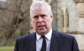 Príncipe André oficialmente acusado de abuso sexual