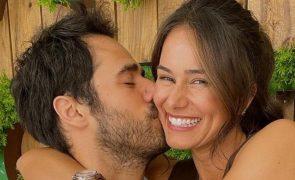 Cláudia Vieira de férias promete dar colinho ao marido [fotos e vídeo]