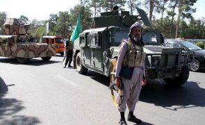 Talibãs capturam oitava capital de província no Afeganistão