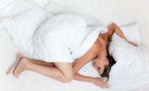 Dormir com roupa apertada é prejudicial para a saúde e causa envelhecimento precoce