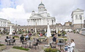 Covid-19: Finlândia vai impôr novas restrições face a taxa recorde de infeções