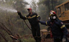 Incêndios na Grécia controlados de acordo com bombeiros locais