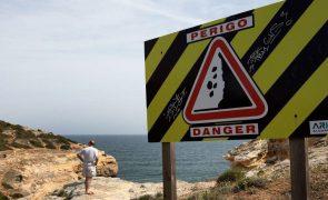 Praia de Albufeira evacuada por risco de derrocada