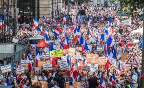 Covid-19: Milhares de franceses protestam contra