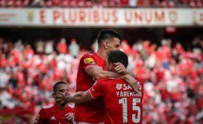 Benfica vence Arouca reduzido a 10 muito cedo e lidera provisoriamente