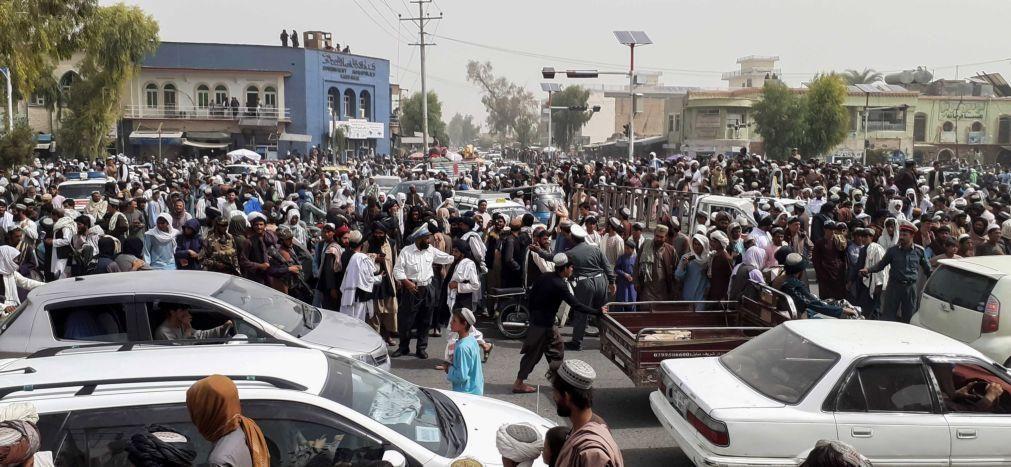 Afeganistão: Pessoal da embaixada dos EUA em Cabul transferido para aeroporto