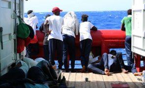 Dois navios com 379 migrantes salvos no Mediterrâneo pedem porto para desembarcar
