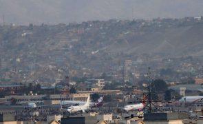 Afeganistão: Sete mortos no aeroporto de Cabul, alguns caíram de avião em voo