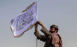 Talibãs prometem proteger país, perdoar colaboradores e honrar mulheres