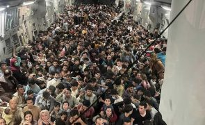 Encontrados restos humanos no trem de aterragem do avião dos EUA que partiu de Cabul