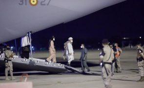 Espanha recebe primeiros 30 afegãos que vão ser acolhidos na União Europeia